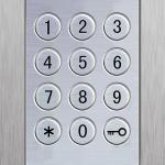 In Verbindung eines Motorschlosses wird die Türe vollautomatisch durch das eingeben eines Zahlencodes entriegelt