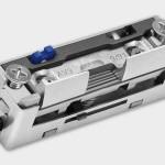 Mit einem Elektroöffner kann die Schloßfalle durch einen Taster oder Telefon geöffnet werden