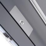 Das Schutzblech schützt die Oberfläche der Türe vor einem versehentlichen abrutschen mit dem Schlüssel